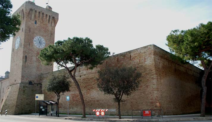 castello-svevo-lato-mura