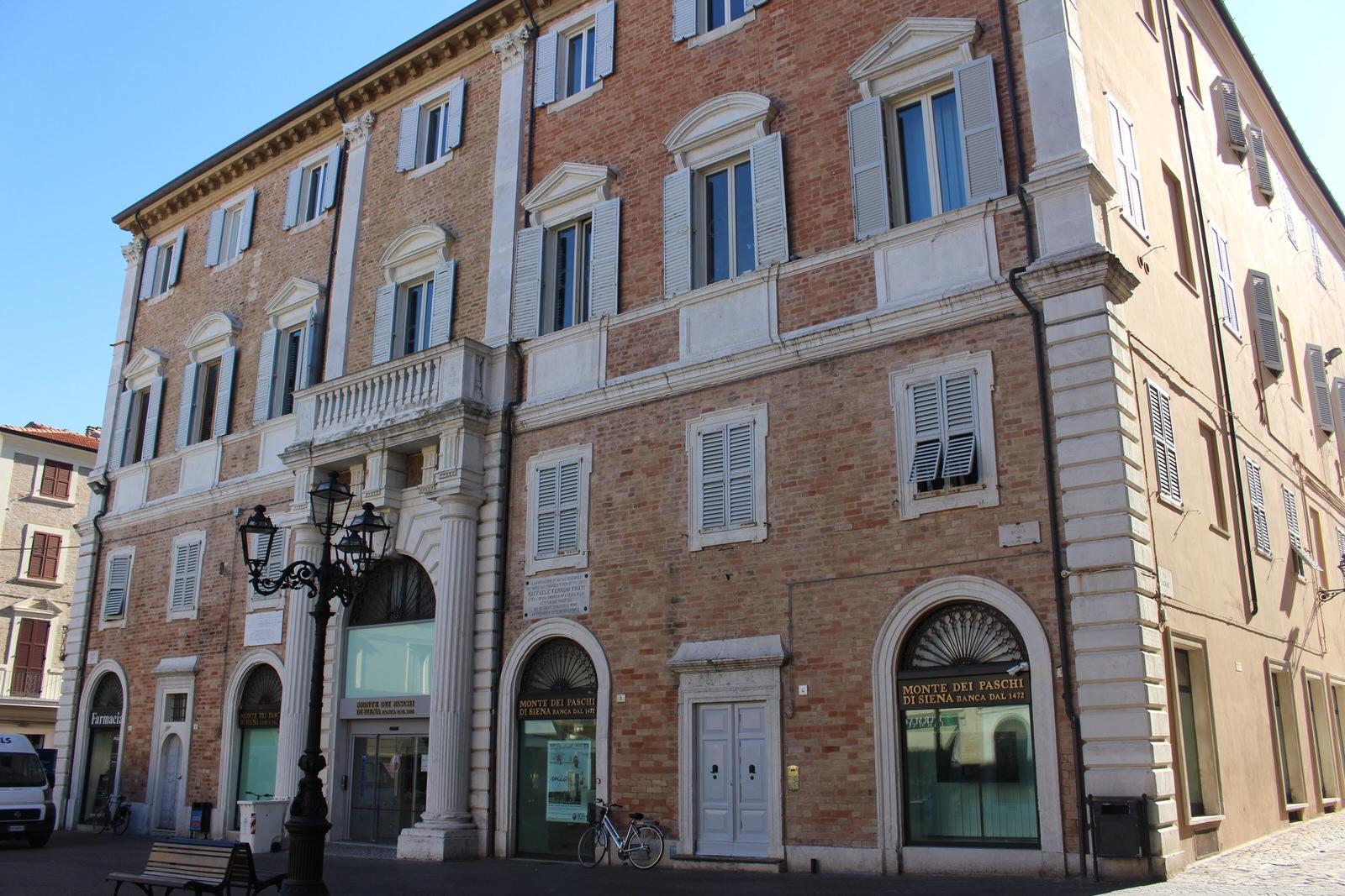 Senigallia_Palazzo_Banca_Piazza_comune