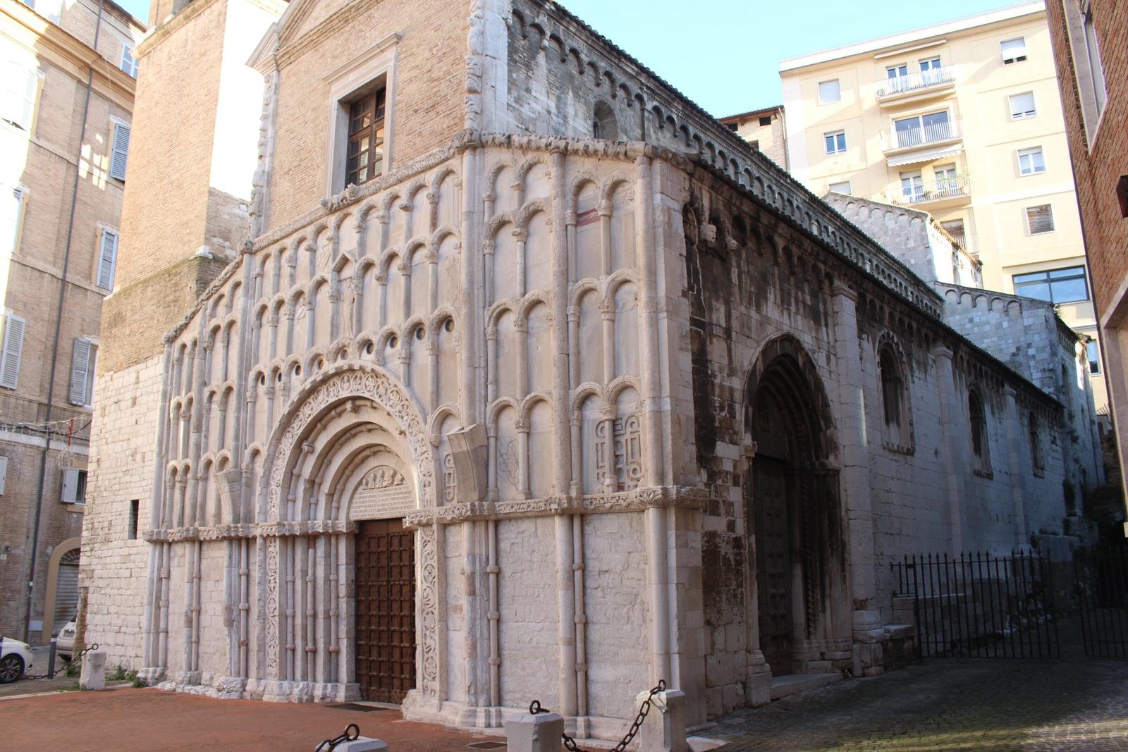 Ancona Santa maria della Piazza di scorcio