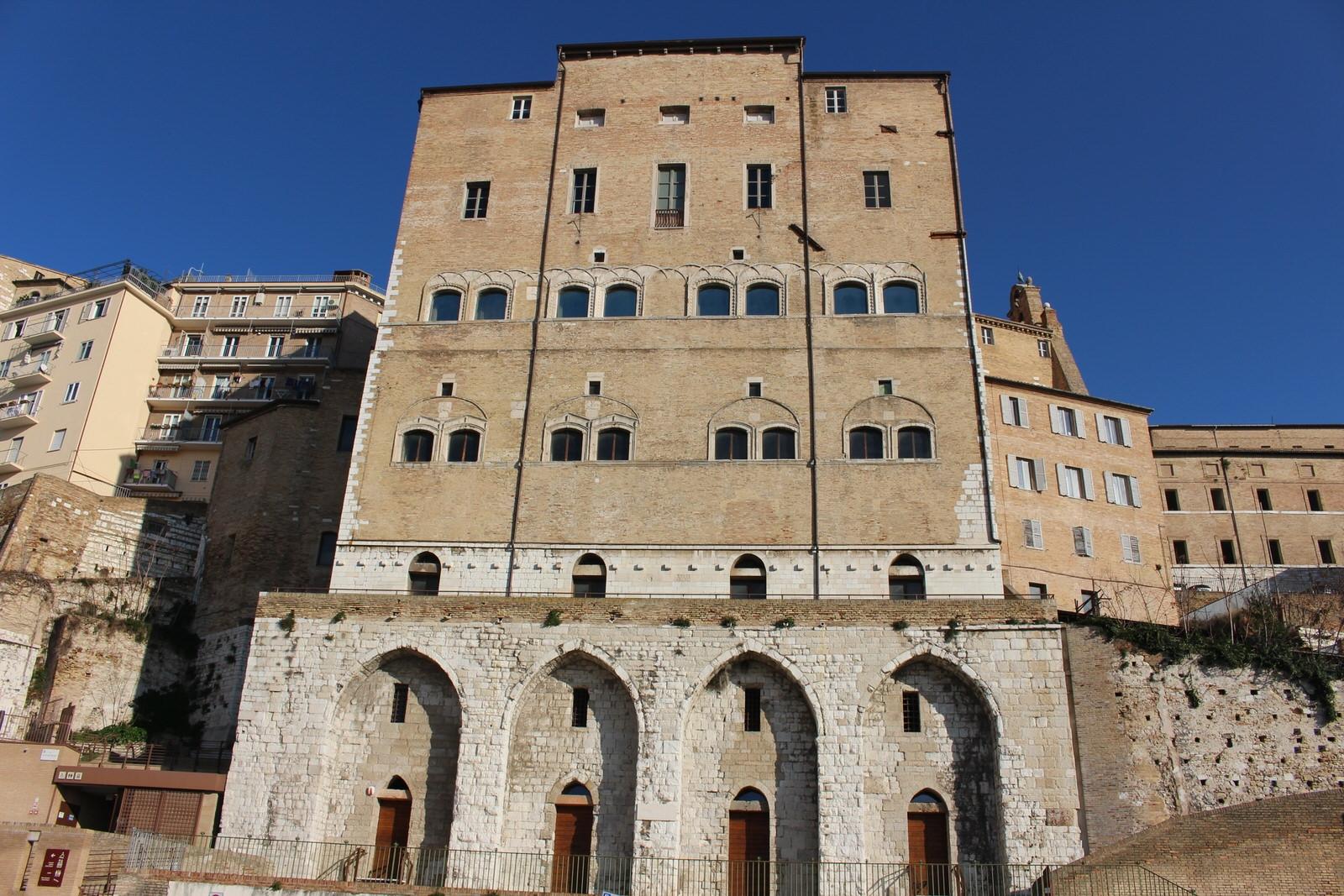 Ancona_Palazzo_degli_anziani_retro